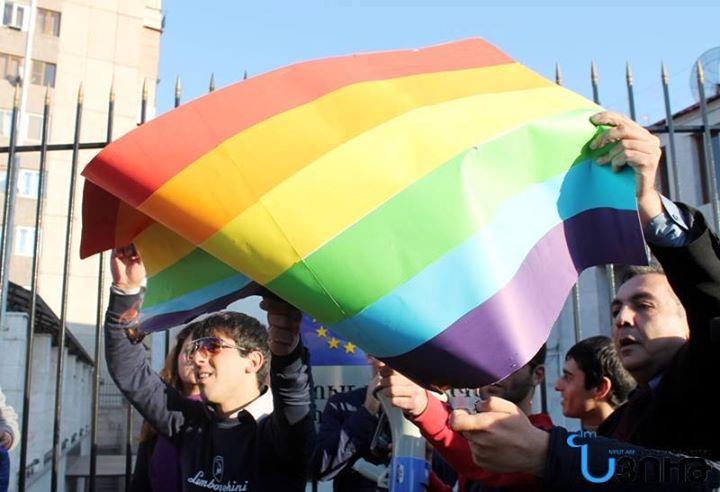Homofobik siyasetçi eşcinsel çıktı