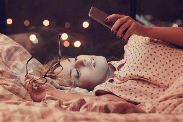 Uykunuzun gelmesi için telefonla oynamayın