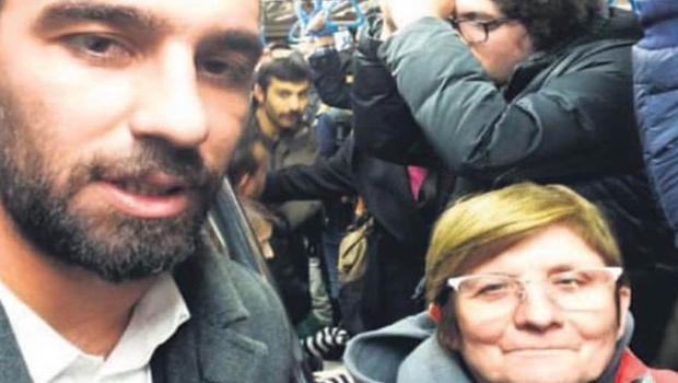 Arda Turan toplu taşıma aracına bindi selfie çekti