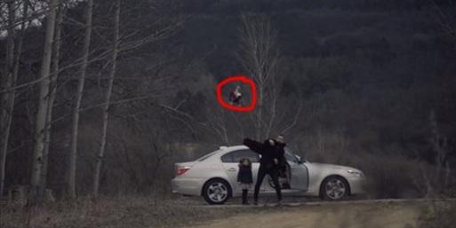 Babası Oyuncaklarını Atıp Arabasıyla Oradan Uzaklaştı...