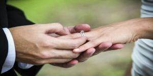 Kendisini aldatan nişanlısını düğünde ifşa etti
