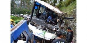 Edonezya'da otobüs devrilmesi sonucu 27 kişi öldü