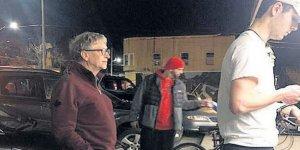 105 milyar doları olan Bill Gates, 3 dolarlık hamburger kuyruğunda görüldü
