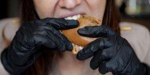 Hamburger yerken takılan siyah eldivenlere dikkat!