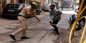 Hindistan'da sokağa çıkma yasağına uymayanlara polis sopayla 'müdahale etti'