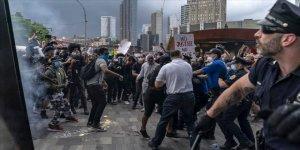 Göstericiler, polisleri öldürmeye başladı