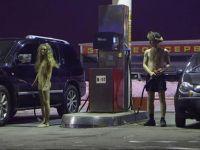 Benzin fiyatlarını soyunarak protesto etti