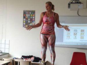 Öğretmen soyundu derse ilgi patladı...